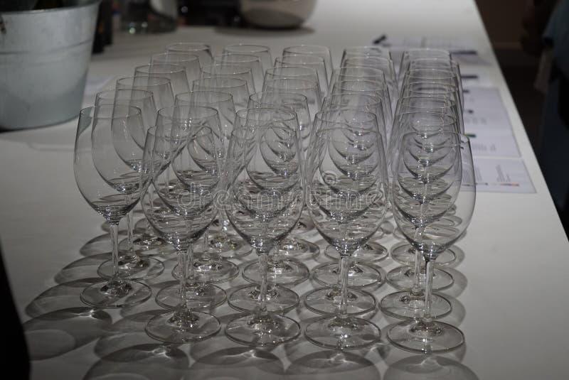 Une rang?e des verres de vin image stock
