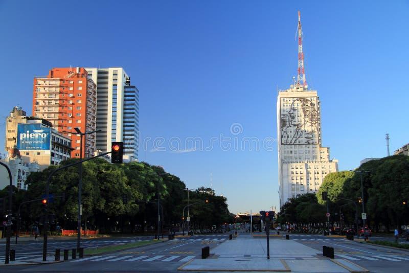 Une représentation à grande échelle d'Eva Peron orne le côté d'un grand édifice le long de l'Avenida 9 de Julio photographie stock libre de droits
