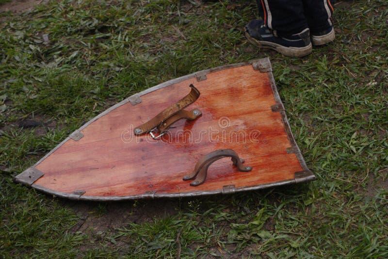 Une reproduction d'un bouclier en bois photo libre de droits