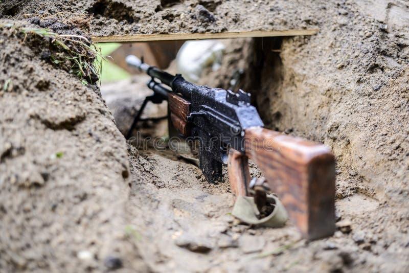Une reproduction d'un fusil de la deuxième guerre mondiale dans le fossé image stock