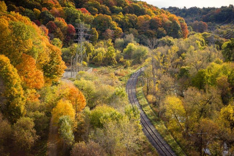 Une River Valley avec des arbres dans des couleurs d'automne photos stock