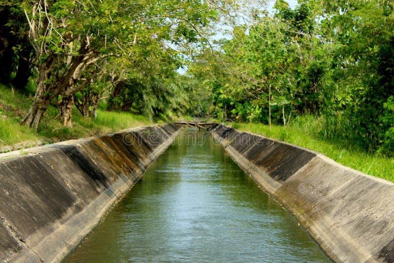 Une rivière à l'irigation dans le pandeglang banten l'Indonésie avec la vue gentille image libre de droits