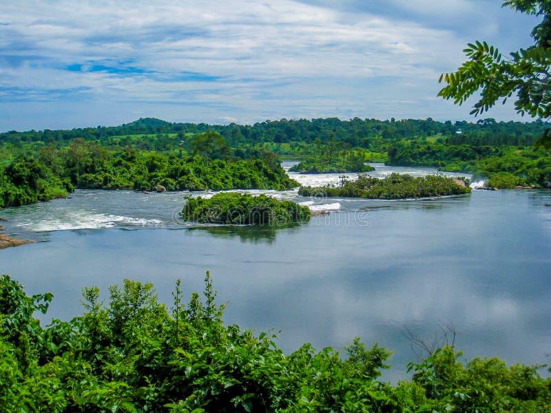 Une rivière avec la petite rapide image libre de droits