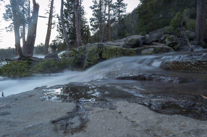 Une rivière circule sur des roches photo libre de droits