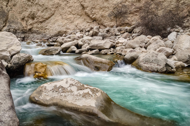 Une rivière d'eau douce parmi les roches Écoulement rapide d'aqua frais dans les pierres Une rivière de forêt avec de l'eau froid photographie stock libre de droits