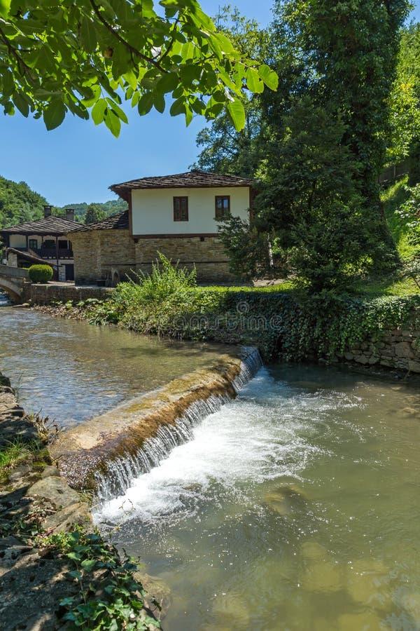 Une rivi?re passant par le village Etar Etara d'Ethno pr?s de la ville de Gabrovo, Bulgarie photographie stock