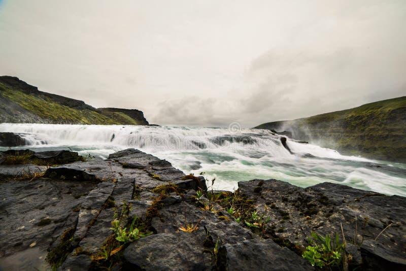 Une rivière sauvage dans un beau paysage de l'Islande images stock