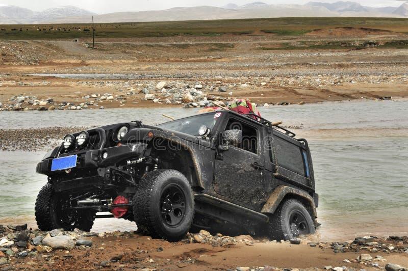 Une rivière tous terrains de croix de véhicule images stock