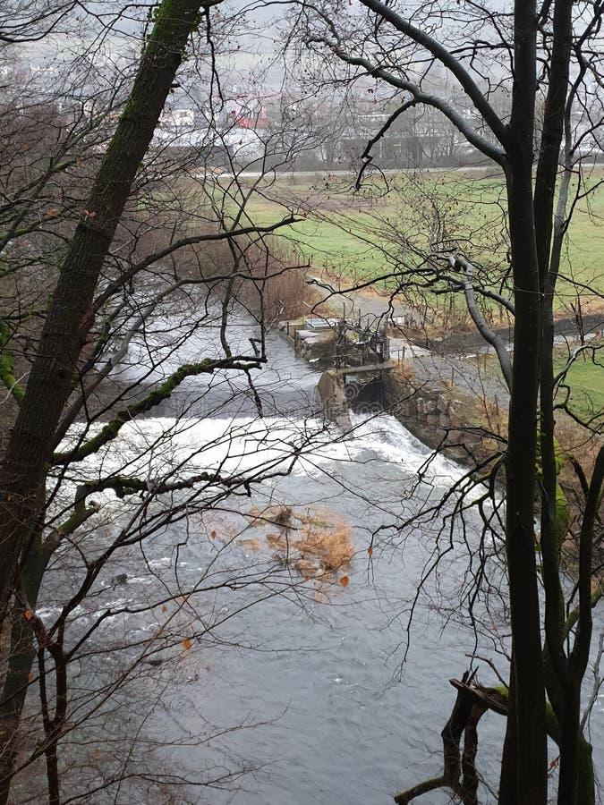 Une rivière vue les arbres dans le Belge Ardennes images stock