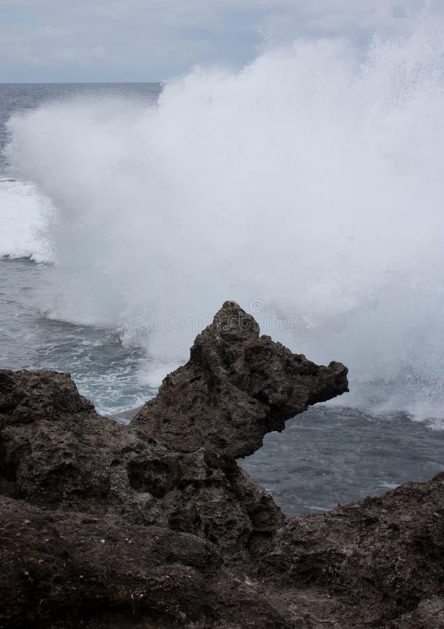 Une roche étrange et vagues à l'arrière-plan au Tonga photos stock