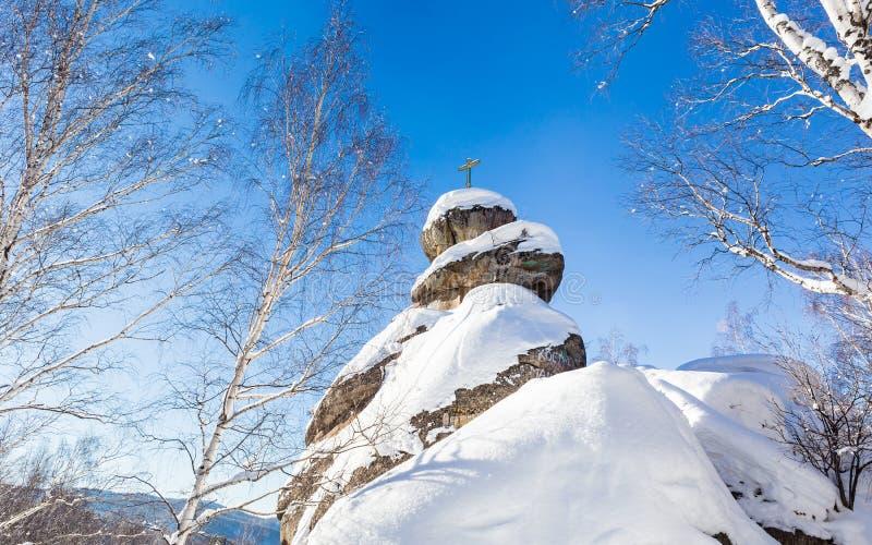 Une roche avec une croix orthodoxe Église de montagne photos stock