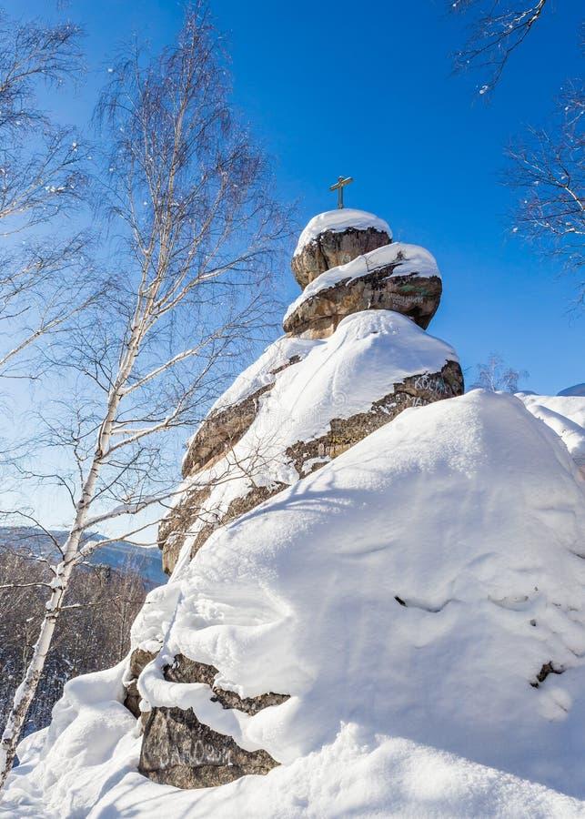 Une roche avec une croix orthodoxe Église de montagne images libres de droits