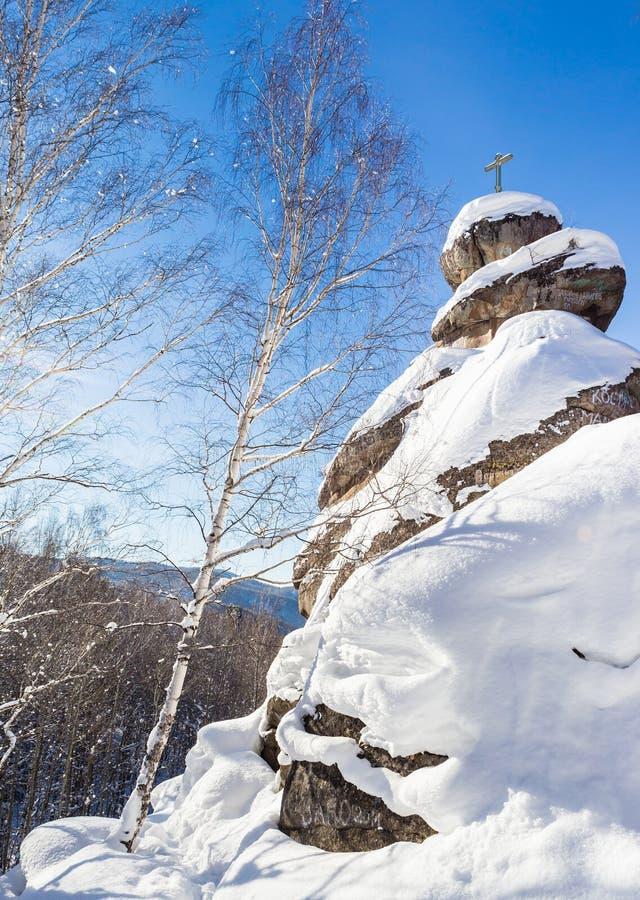 Une roche avec une croix orthodoxe Église de montagne photographie stock libre de droits