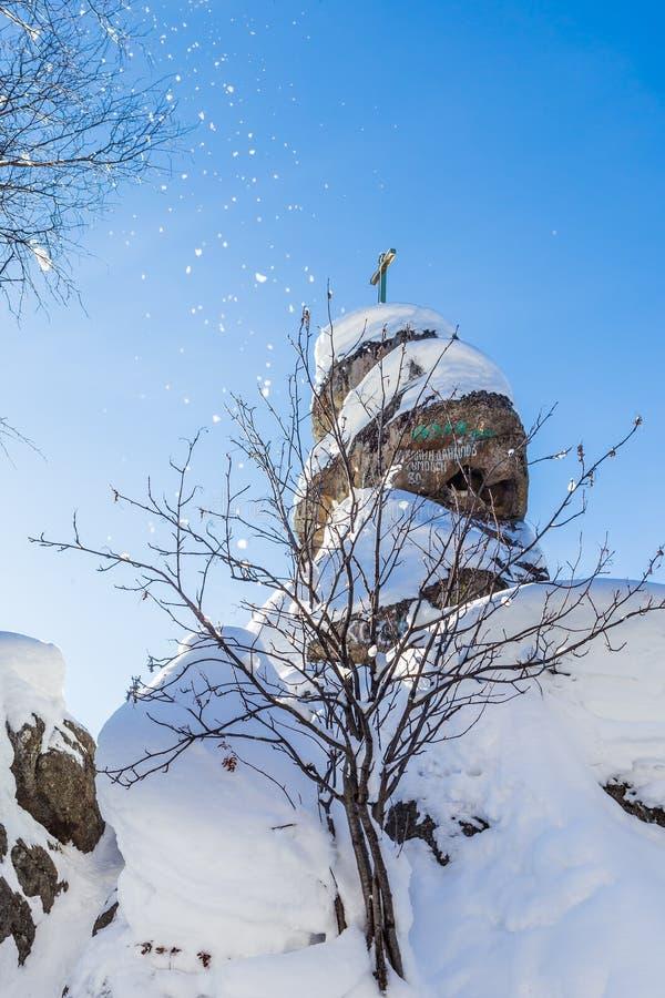 Une roche avec une croix orthodoxe Église de montagne Station de vacances Belokurik image libre de droits
