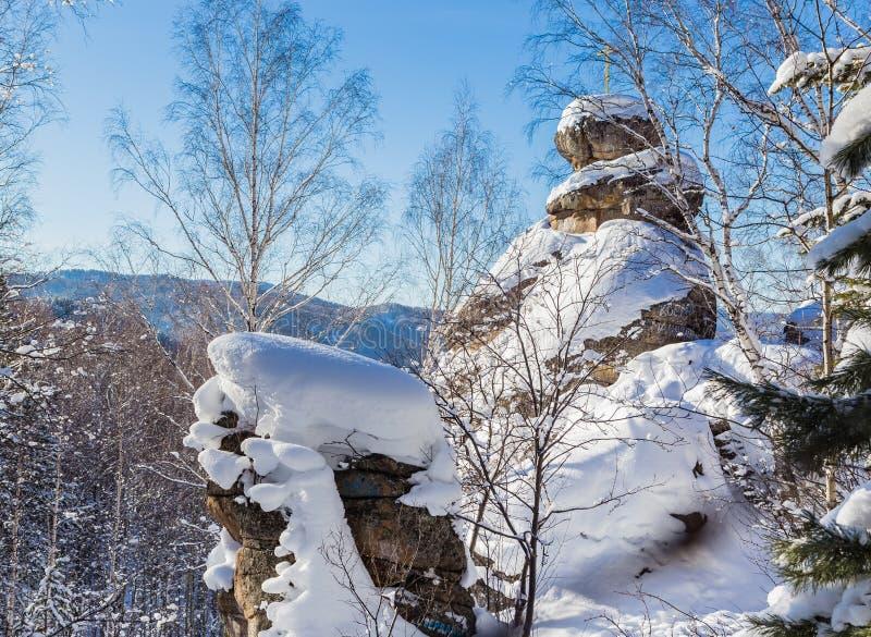 Une roche avec une croix orthodoxe Église de montagne Station de vacances Belokurikha image libre de droits