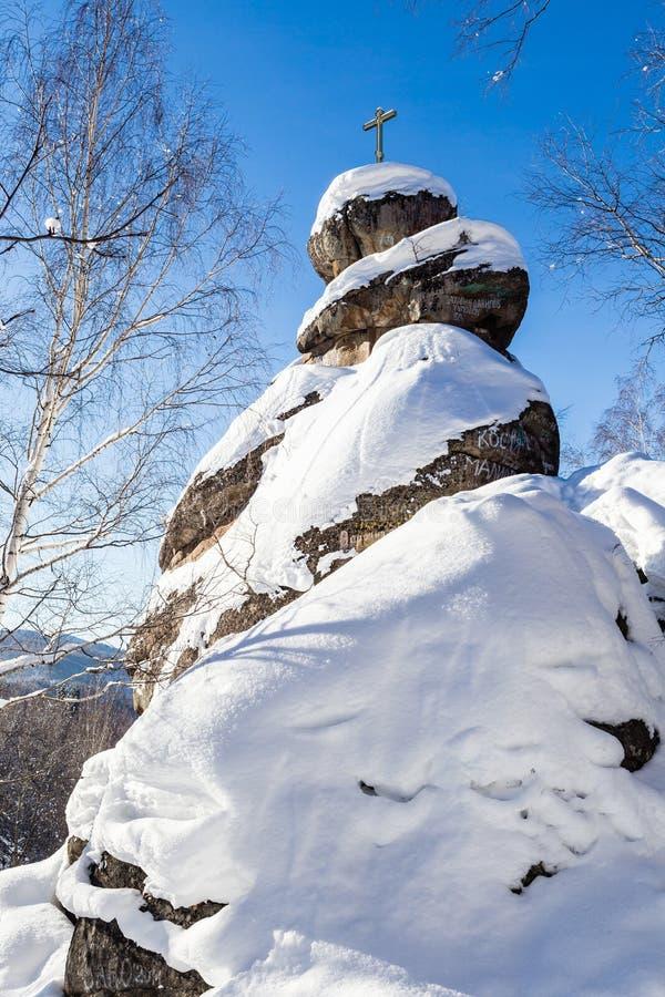 Une roche avec une croix orthodoxe Église de montagne Station de vacances Belokurikha image stock