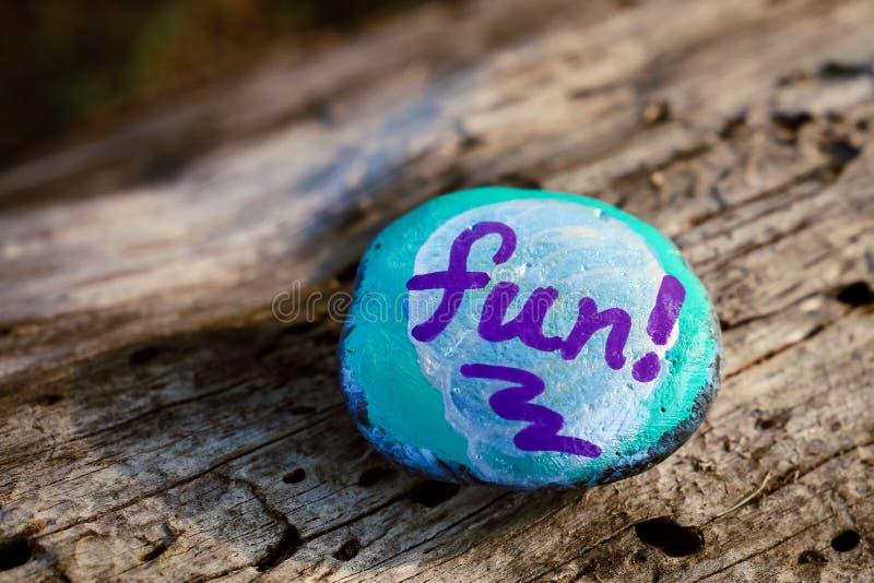 Une roche a peint en grande partie bleu avec le mot et le x22 ; fun& x22 ; image stock