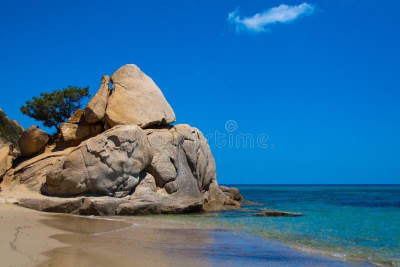 Une roche sur la plage de Costarei photos stock