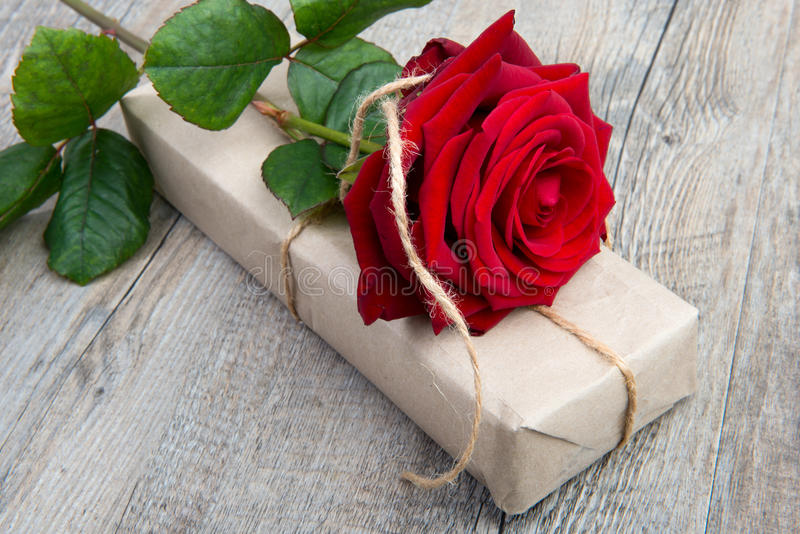 Une rose et un cadeau pour la Saint-Valentin photographie stock