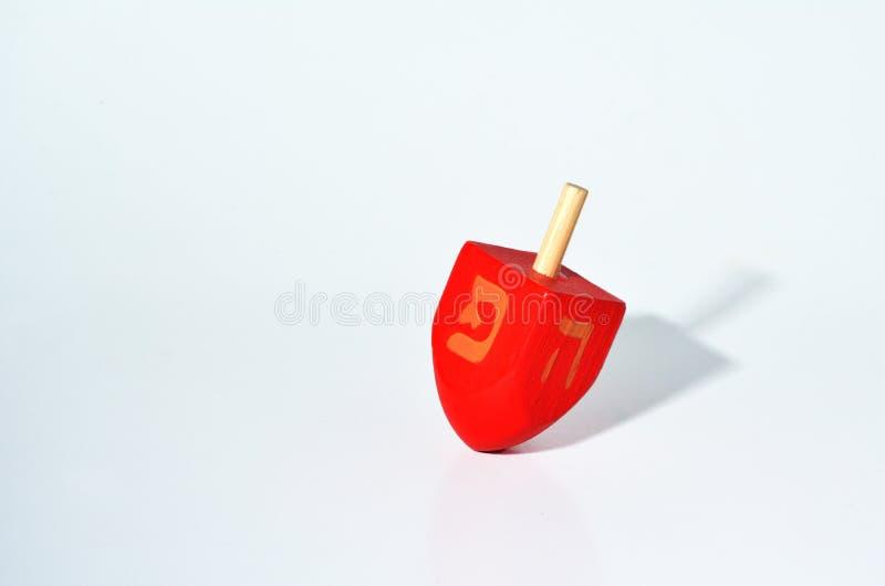 Une rotation rouge de Dreidel (sevivon) pendant les vacances juives de Hanu image stock