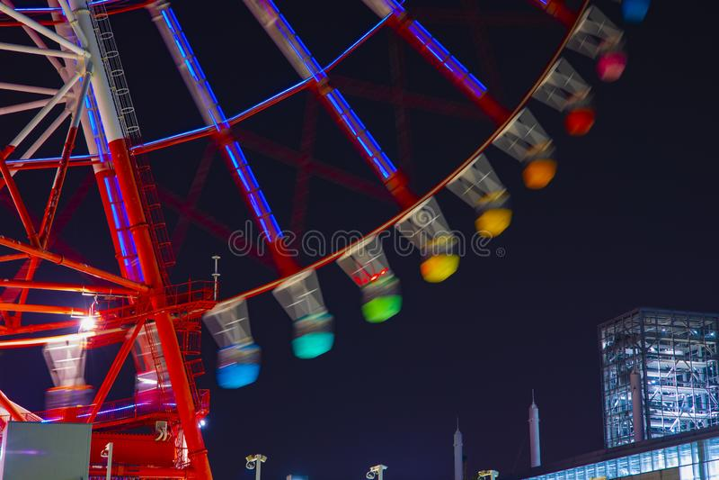 Une roue de ferris au parc d'attractions à Tokyo la nuit photographie stock libre de droits