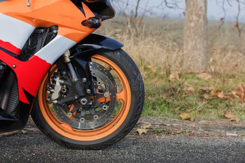 Une roue puissante du vélo orange photo libre de droits