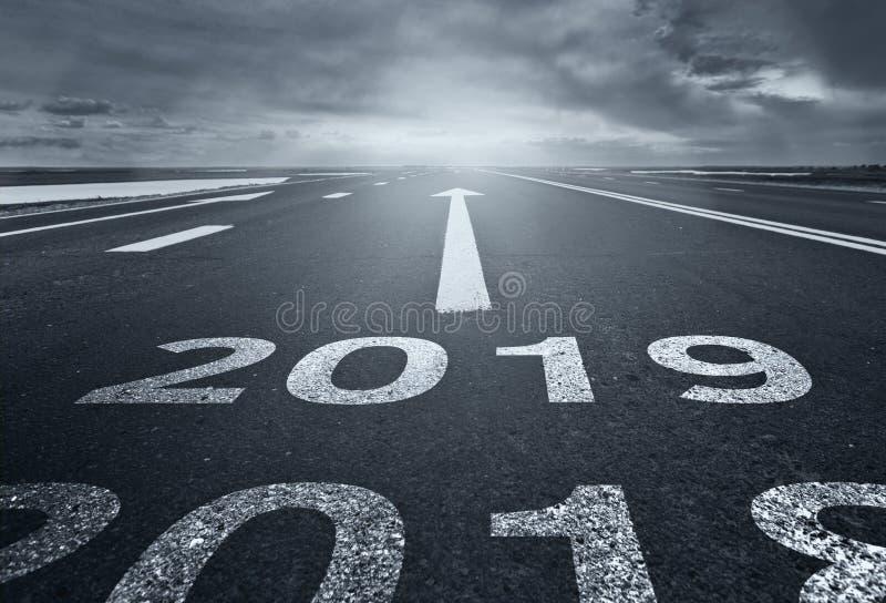 Une route de désert avec l'inscription 2018 2019 Concept de la vieille année de départ et des nouveaux buts photos libres de droits