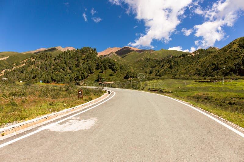 Une route en parc géologique de Niuxinshan, Qilian, le Qinghai photographie stock