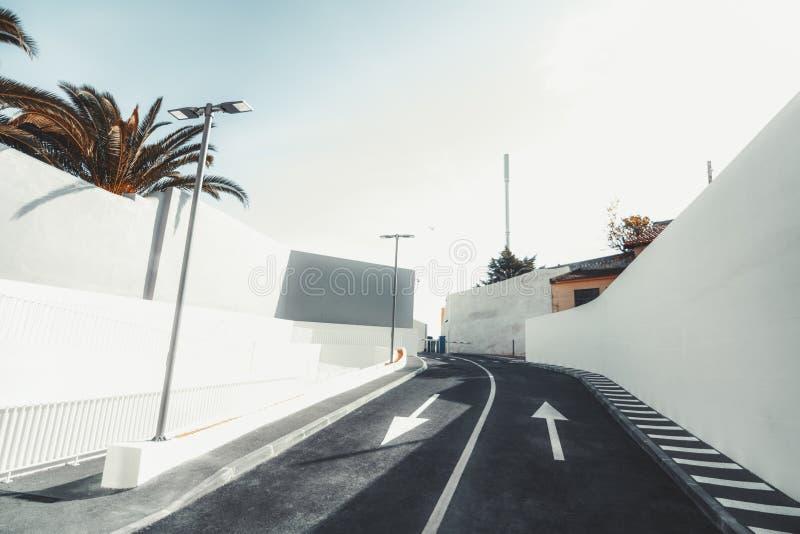Une route goudronnée à deux voies près des portes photographie stock