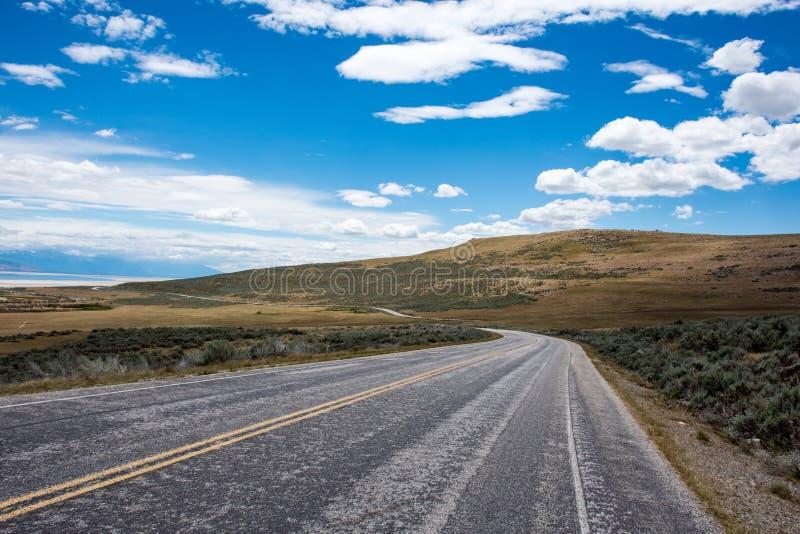 Une route pavée passe par le parc d'état d'île d'antilope à Salt Lake City Utah photographie stock
