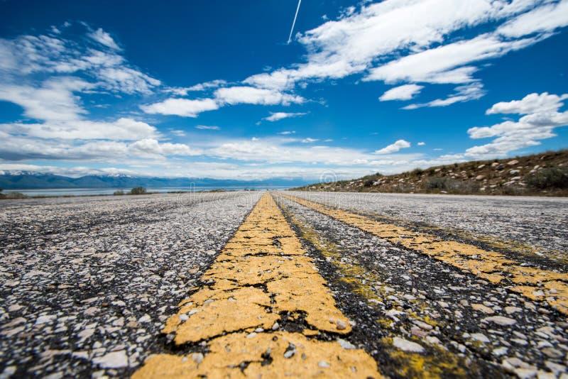 Une route pavée passe par le parc d'état d'île d'antilope à Salt Lake City Utah angle faible très image stock