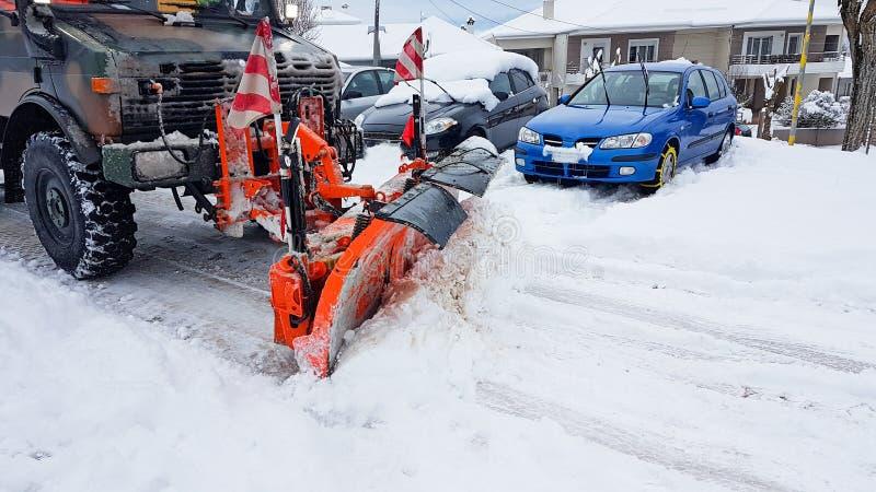 Une route plus propre d'hiver de machine de shoovel de congère de neige images stock