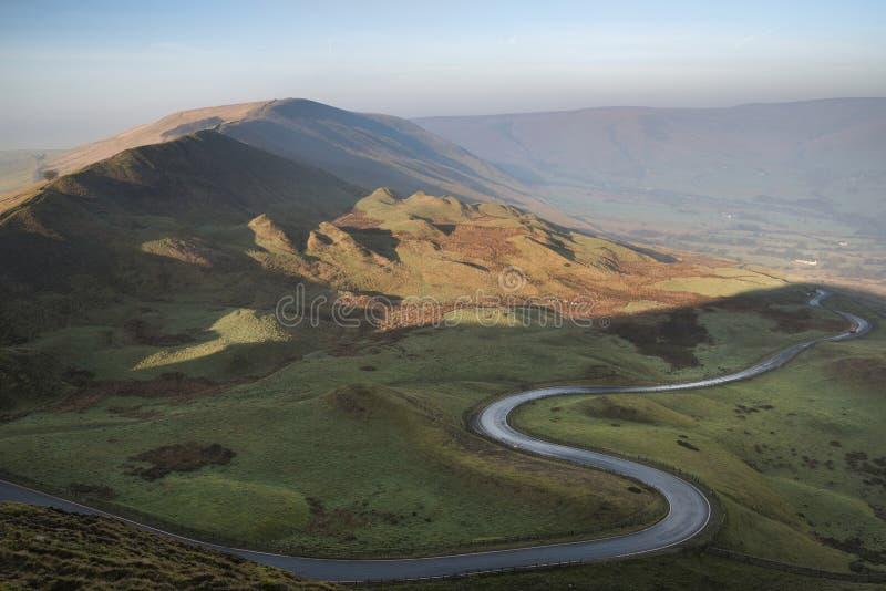 Une route scénique enroule sa voie par la vallée d'Edale sur un lever de soleil brumeux d'hiver dans le secteur maximal en Anglet image libre de droits