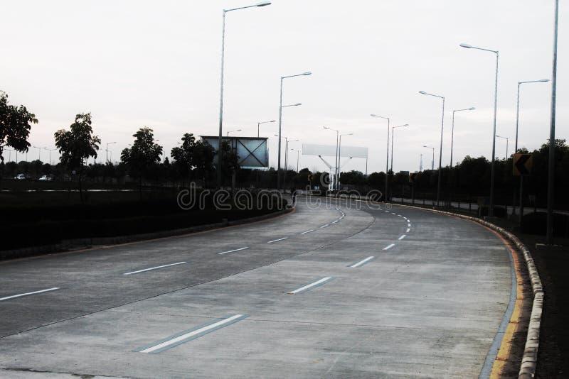 Une route sur une route a cliqué sur dessus un jour nuageux avec contrasté photos stock