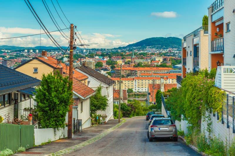 Une rue à Oslo, Norvège Belle vue d'une colline avec de vieilles maisons en bois au centre de la ville avec l'architecture coloré photos stock