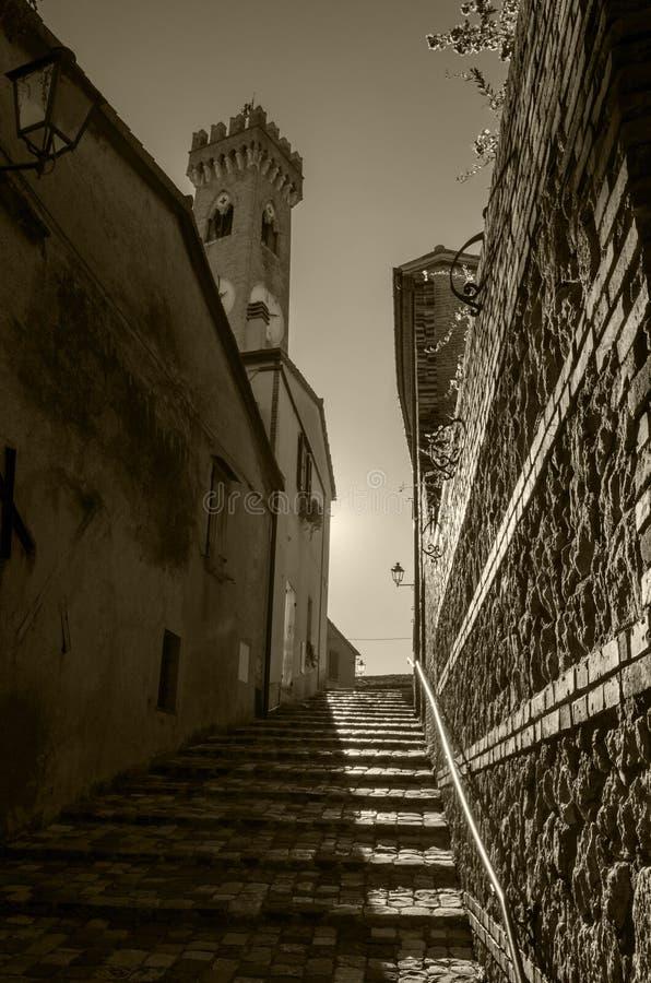 Une rue étroite avec des étapes dans la vieille ville européenne photos libres de droits