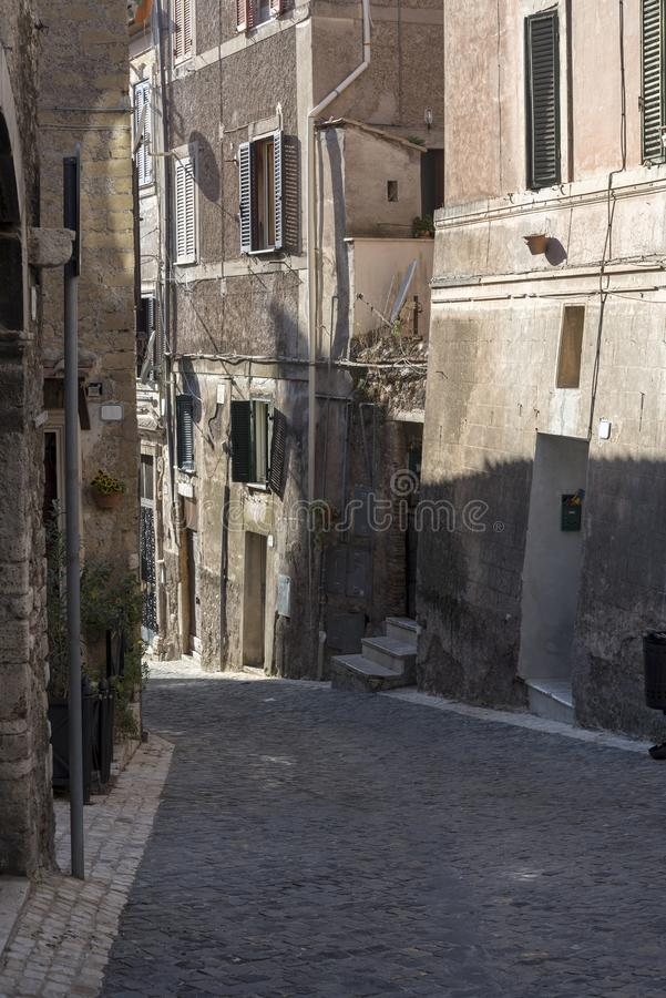 Une rue étroite dans la ville de Rome, la route des pavés ronds et des vieilles maisons photographie stock