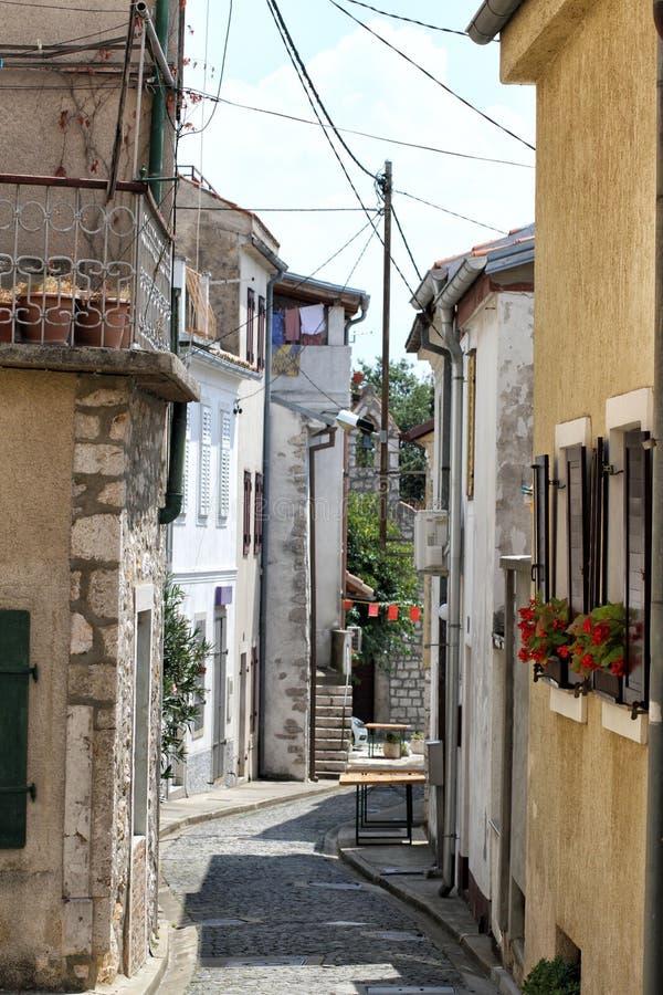 Une rue étroite dans le diplômé Novi Vinodolski de stari photographie stock libre de droits
