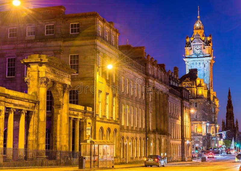 Une rue au centre de la ville d'Edimbourg images libres de droits