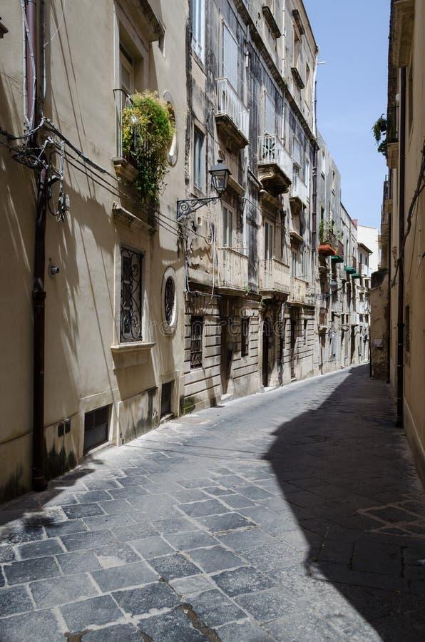 Une rue caractéristique d'Ortigia images stock