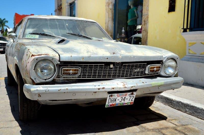 Une rue dans Campeche avec la vieille voiture non-conformiste de dommages photos stock