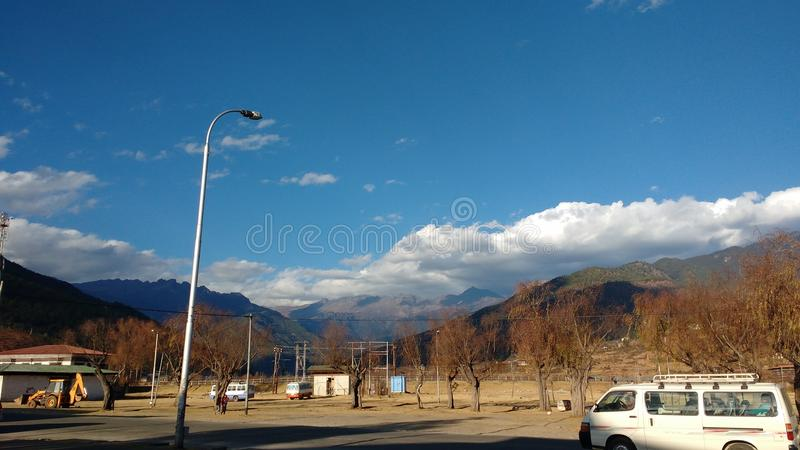 Une rue dans Paro, Bhutan image stock