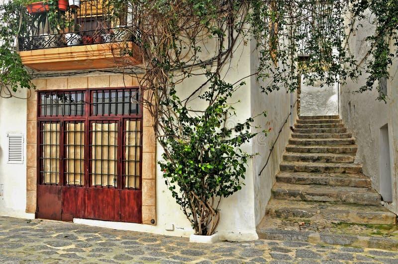 Une rue de vieille ville d'Ibiza, Îles Baléares photographie stock libre de droits