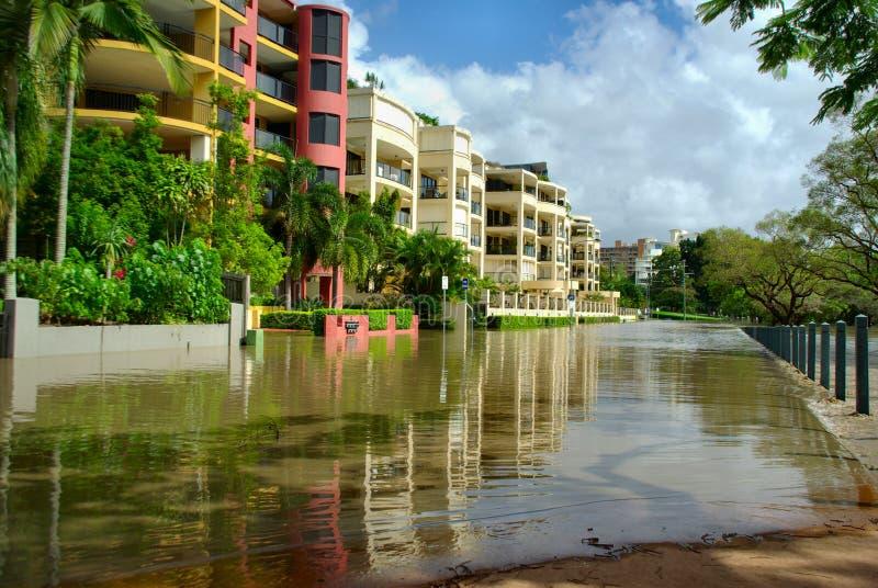 Une rue presque totalement est submergée dans les inondations 2010-11 de Brisbane image libre de droits