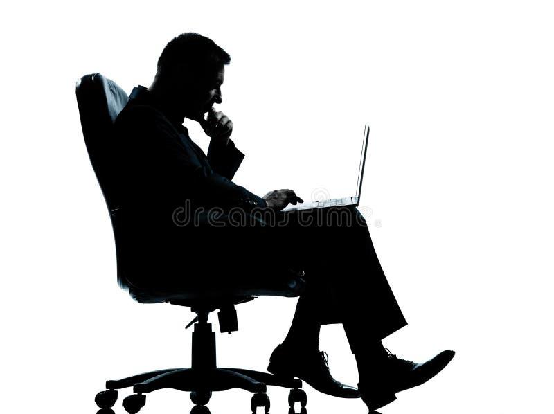 Une séance homme-ordinateur d'affaires photo libre de droits