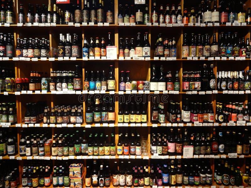 Une sélection énorme de bière sur des étagères de supermarché image stock