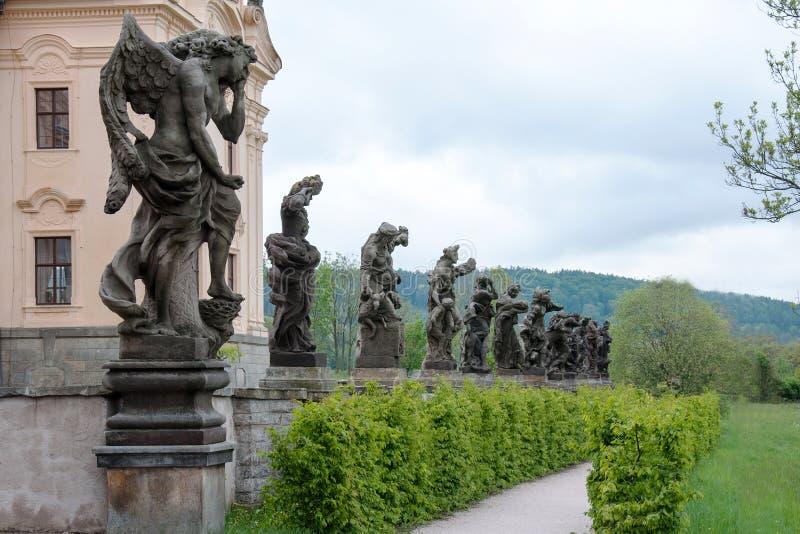 Une s?rie de statues par le sculpteur important Matthias Braun devant un b?timent d'h?pital dans le village de Kuks image libre de droits