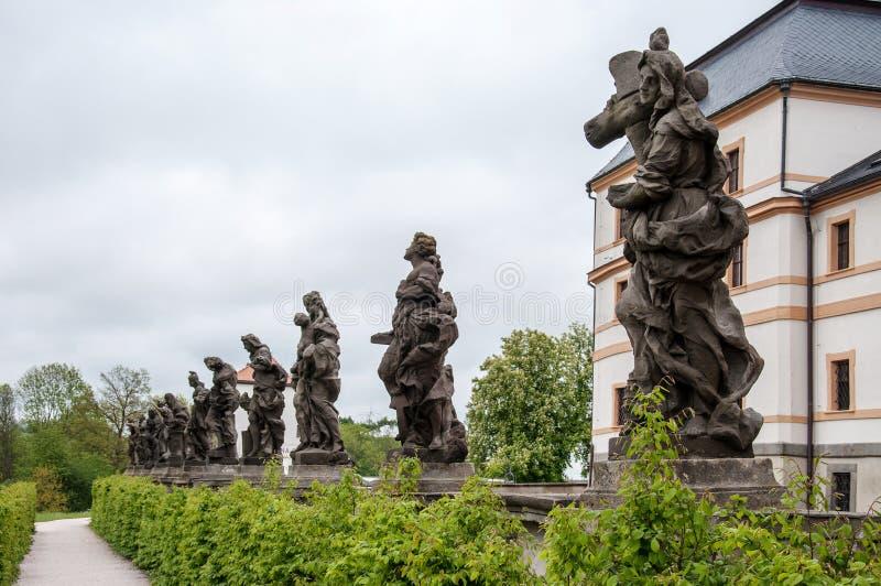 Une s?rie de statues par le sculpteur important Matthias Braun devant un b?timent d'h?pital dans le village de Kuks image stock
