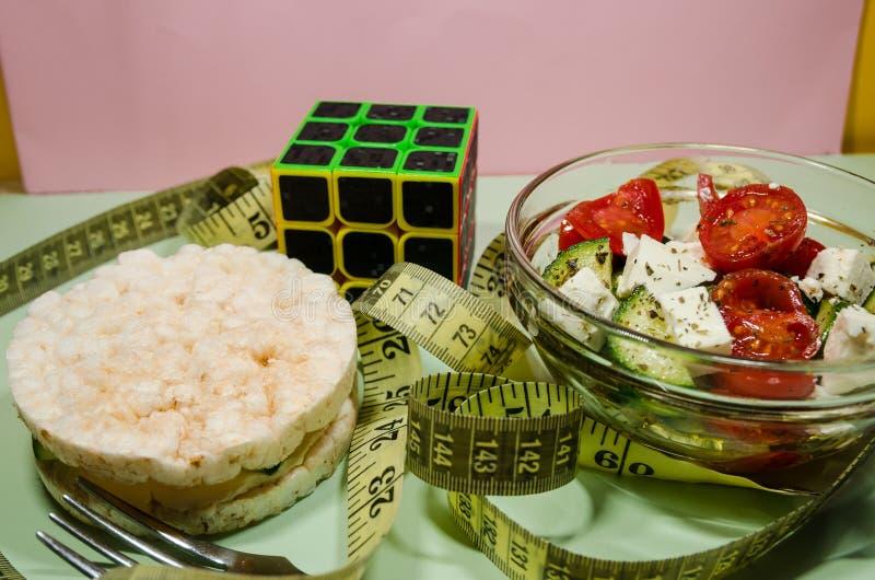 Une salade avec la bande de mesure photographie stock