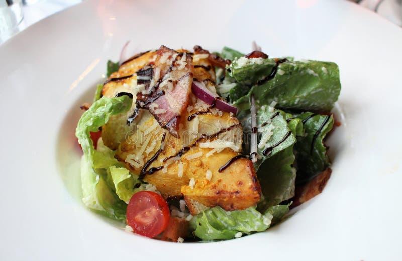 Une salade de César savoureuse à un café images stock